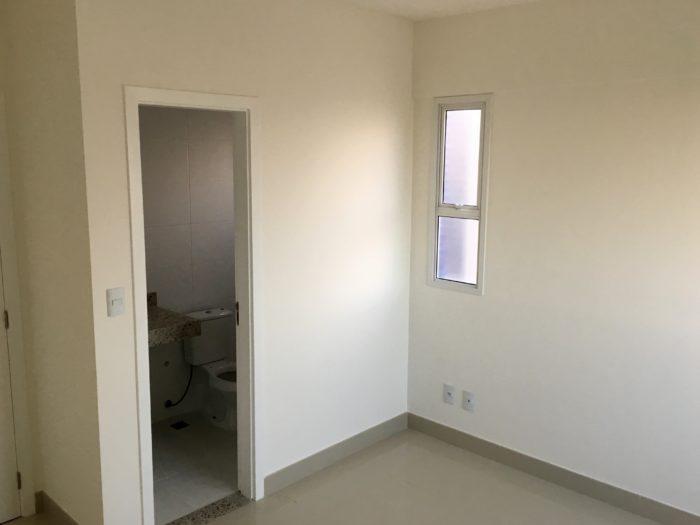 Outro ângulo do quarto. Banheiro suíte.